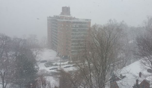 Délelőtt kinéztem az ablakon és alig láttam a szemben lévő házat s mögötte a Hudson River-t, olyan kevés volt a látótávolság a köd, de még inkább a hóesés miatt. Amikor illusztrációként a képet készítettem, egy kicsit alábbhagyott a hóesés, aztán újból rázendített.
