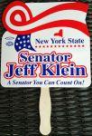 """Az egész eseményen a politikát egy """"legyező"""" képviselte. A park bejáratánál, a meleg időben, fiatal aktivisták osztogatták az érkező vendégeknek a Jeff Klein szenátort népszerűsítő legyezőket, amelyek felirata azt állította, hogy ő az a szenátor akire lehet számítani. Számíthat rá New York Állam, s hát természetesen a szavazó is. Bár ezt a szöveg szó szerint így nem állította, ezt a politikai marketing praktikáin edződött """"vájt-fülű"""" tudósító """"érezte bele"""" a legyező szövegébe."""