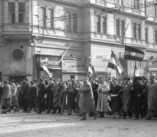 Tüntetők az akkori Lenin kőrúton, a Majakovszkij, mai Király utca sarkánál.