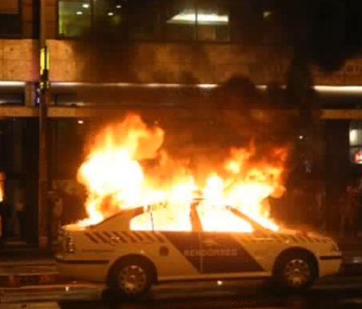 Felgyújtott rendőrautó Budapesten 2006. A felvétel egy korabeli tv-adásból származik. A kép az interneten látható.