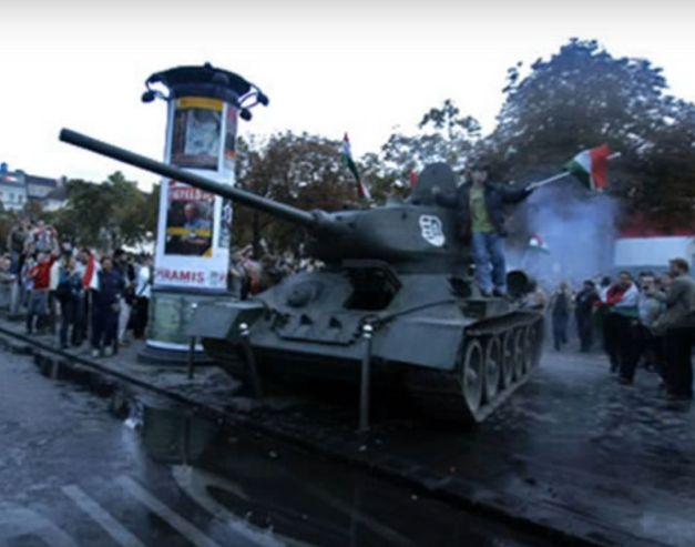 Az elszabadult, nem működőnek kikiáltott, ámde mégis működő tank működés közben Budapesten 2006-ban a Deák téren. A felvétel egy korabeli tv-adásból származik. A kép az interneten látható.