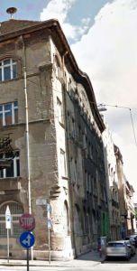 Csengery utca és Dob utca sarok, a VII. kerületi tanács egykori épülete. A felvétel 2014-ben készült, de a házon még láthatók az 1956-ból származó belövések.