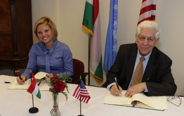 Az amerikai magyar gazdasági kapcsolatok fejlesztése, a magyar cégek amerikai piaci jelenléte növelése érdekében 2016.10.18-án New Yorkban a Főkonzulátuson együttműködési megállapodást írt alá a Magyar Nemzeti Kereskedőház (MNKH) Zrt és az American Hungarian Chamber of Commerce of New York (AmHunCham NY). Az együttműködési megállapodást a Nemzeti Kereskedőház részéről Ducsai-Oláh Zsanett vezérigazgató, az AmHunCham NY részéről Barát Tamás elnök látta el kézjegyével.