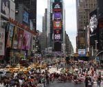 Az év legnagyobb bulijára készülnek az Amerikaiak, amelyet évek óta a világ egyik közepének kikiáltott terén, a Times Square-en, illetve a Broadway központi részén és a 42.- 50. utca, illetve a Colombus Circle (a Central Park legdélebbi része) környékén tartanak. Ez tömegrendezvény a javából.
