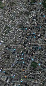 A helyszínre a szervezők úgy nagyjából egymillió embert várnak, de hallani olyan véleményt is, hogy nem lehetetlen, hogy akár kétmillió ember is megérkezik és szorongani fog a New York-i hatodik és nyolcadik sugárút illetve a 34. és 59. utca közötti területen a meglehetősen hideg időben, hogy élvezze a fellépő zenészek énekesek műsorát, és lássák New York egyik szimbólumává vált üveglabdát, amelyik 1907 óta minden év utolsó napján éjfélkor jelzi az évek fordulóját. S ehhez adjuk hozzá mindazokat, akik a televízió közvetítéséből élvezhetik majd a szilveszteri parádét. Egyes becslések szerint ez akár a kétszázmillió embert is meghaladó nézettséget jelenthet majd.