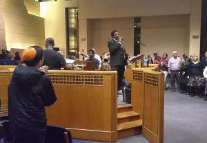 Január 16-án, az év harmadik hétfőjén New York egyik híres zsinagógájában, a bronxi, a riverdale-i Héber Intézet Bayit elnevezésű zsinagógájában idén is megrendezték a Martin Luther King emlékkoncertet. Mint ahogyan évek óta mindig ilyenkor, idén is a Green Pastures Baptist Church kórusa lépett fel, Roger Hambrick tiszteletes vezetésével.